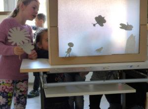 Kinder beim Schattenspiel
